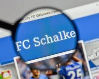 Милан, Италия - 10-ое августа 2017: Логотип FC Schalke 04 на websit Стоковые Фотографии RF