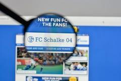 Милан, Италия - 10-ое августа 2017: Логотип FC Schalke 04 на websit Стоковые Изображения