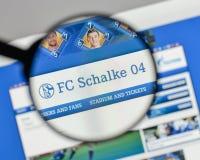 Милан, Италия - 10-ое августа 2017: Логотип FC Schalke 04 на websit Стоковые Фото