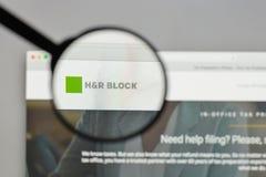 Милан, Италия - 10-ое августа 2017: Логотип H&R Block на вебсайте ho Стоковые Фото