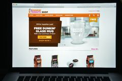 Милан, Италия - 10-ое августа 2017: dunkindonuts домашняя страница вебсайта com логотип donuts dunkin видимый Стоковое Изображение