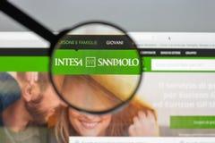 Милан, Италия - 10-ое августа 2017: Hom вебсайта банка Intesa Sanpaolo Стоковые Изображения
