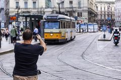 МИЛАН, ИТАЛИЯ - 11-ОЕ АПРЕЛЯ 2015: Винтажный оранжевый класс 1500 ATM трамвая на улице милана, Италии стоковое изображение rf