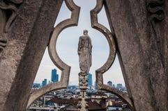 Милан, Италия - 30-ое декабря 2017 - старая статуя на крыше Duomo стоковые фото