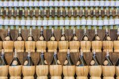 Милан, Италия, 25-ое июня 2015: Бутылки вина магазинов вина в милане Стоковые Изображения RF