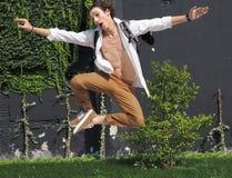 МИЛАН, ИТАЛИЯ - 16-ОЕ ИЮНЯ 2018: Представлять молодого человека модельный для фотографов после модного парада Нейл Barrett, во вр Стоковые Изображения RF