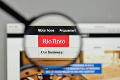 Милан, Италия - 1-ое ноября 2017: Логотип Рио Tinto на вебсайте h Стоковое Изображение