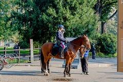 Милан, Италия - 19-ое октября 2015: Полицейскии сидят на лошадях стоковые фото