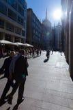 МИЛАН, ИТАЛИЯ - 6-ое сентября 2016: 2 бизнесмена идут на улицу в милане Стоковое Фото