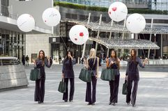 МИЛАН, ИТАЛИЯ - 22-ОЕ СЕНТЯБРЯ 2017: Модные модели представляют на улице на здании модного парада во время женщин милана стоковые фото