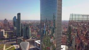 Милан, Италия - 26-ое сентября 2018: Съемка захода солнца воздушная небоскребов бизнес-центра Милана международного сток-видео