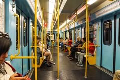 МИЛАН, ИТАЛИЯ - 25-ОЕ ФЕВРАЛЯ: Регулярные пассажиры пригородных поездов в фуре метро 25-ого февраля 2018 в милане, Италии Подполь стоковые фото