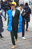 МИЛАН, Италия; 12-ое января 2019: Обмундирования стиля улицы блоггера моды стоковое фото