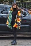 МИЛАН, Италия; 12-ое января 2019: Обмундирования стиля улицы блоггера моды стоковая фотография rf