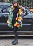 МИЛАН, Италия; 12-ое января 2019: Обмундирования стиля улицы блоггера моды стоковые изображения