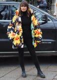 МИЛАН, Италия; 12-ое января 2019: Обмундирования стиля улицы блоггера моды стоковое изображение rf