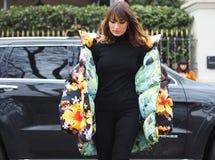 МИЛАН, Италия; 12-ое января 2019: Обмундирования стиля улицы блоггера моды стоковое фото rf