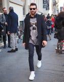 МИЛАН, Италия: 13-ое января 2019: Обмундирования стиля улицы во время человека 2019 MFW стоковая фотография rf