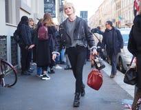МИЛАН, Италия: 13-ое января 2019: Обмундирования стиля улицы во время человека 2019 MFW стоковое фото