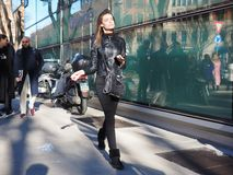 МИЛАН, Италия: 14-ое января 2019: Обмундирования стиля улицы во время человека 2019 MFW стоковые фото