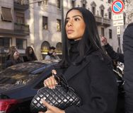 МИЛАН, Италия: 12-ое января 2019: Обмундирования стиля улицы во время человека 2019 MFW стоковое изображение rf
