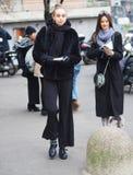 МИЛАН, Италия: 12-ое января 2019: Обмундирования стиля улицы во время человека 2019 MFW стоковое изображение