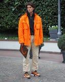 МИЛАН, Италия: 12-ое января 2019: Обмундирования стиля улицы во время человека 2019 MFW стоковые изображения