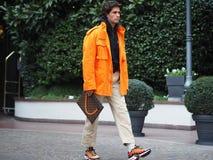 МИЛАН, Италия: 12-ое января 2019: Обмундирования стиля улицы во время человека 2019 MFW стоковые фотографии rf