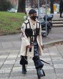 МИЛАН, Италия: 12-ое января 2019: Обмундирования стиля улицы во время человека 2019 MFW стоковые фото