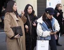 МИЛАН, Италия: 13-ое января 2019: Обмундирования стиля улицы стоковые фотографии rf