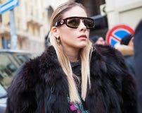 МИЛАН, Италия: 13-ое января 2019: Обмундирования стиля улицы стоковая фотография