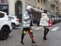 МИЛАН, Италия: 13-ое января 2019: Обмундирования стиля улицы стоковая фотография rf