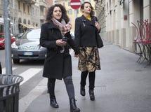 МИЛАН, Италия: 13-ое января 2019: Обмундирования стиля улицы стоковые изображения