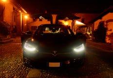 МИЛАН, ИТАЛИЯ - DICEMBER 14 2017: автомобиль tesla модельный s припаркованный внутри Стоковое фото RF