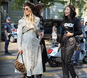 МИЛАН, Италия, 20 septembre 2018: Женщины представляя для фотографов в улице перед FENDI стоковая фотография