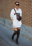 МИЛАН, Италия, 20 septembre 2018: Модная женщина представляя для фотографов в улице перед FENDI стоковые фото