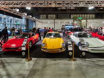 Милан, Ломбардия Италия - 23-ье ноября 2018 - слева направо, красный паук Феррари F355 1996, желтый Порше 911 2 0 Serie o SWB стоковая фотография rf