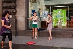 2 девушки играют каннелюру в центре Милана Стоковое фото RF