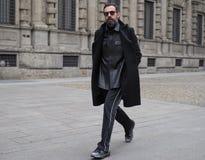 МИЛАН - 25-ОЕ ФЕВРАЛЯ 2018: Блоггер Graziano Di Cintio идя в квадрат САН FEDELE перед модным парадом MSGM, во время моды милана Стоковые Изображения RF