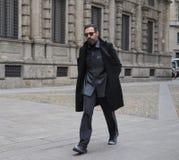 МИЛАН - 25-ОЕ ФЕВРАЛЯ 2018: Блоггер Graziano Di Cintio идя в квадрат САН FEDELE перед модным парадом MSGM, во время моды милана Стоковое Изображение RF