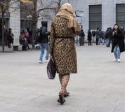 МИЛАН - 25-ОЕ ФЕВРАЛЯ 2018: Женщина идя в квадрат САН FEDELE перед модным парадом MSGM, во время женщины f недели моды милана Стоковые Изображения