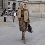 МИЛАН - 25-ОЕ ФЕВРАЛЯ 2018: Женщина идя в квадрат САН FEDELE перед модным парадом MSGM, во время женщины f недели моды милана Стоковая Фотография RF