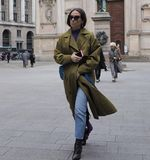 МИЛАН - 25-ОЕ ФЕВРАЛЯ 2018: Фасонируйте блоггер идя в квадрат САН FEDELE перед модным парадом MSGM, во время женщины f недели мод Стоковое фото RF