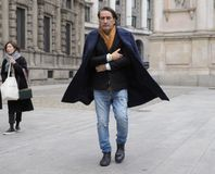 МИЛАН - 25-ОЕ ФЕВРАЛЯ 2018: Giuseppe Angioli идя в квадрат САН FEDELE перед модным парадом MSGM, во время моды милана Стоковые Фото