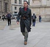 МИЛАН - 25-ОЕ ФЕВРАЛЯ 2018: Markus Ebner идя в квадрат САН FEDELE перед модным парадом MSGM, во время моды милана Стоковое Изображение
