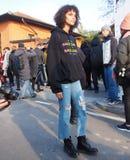МИЛАН - 14-ОЕ ЯНВАРЯ: Молодой модельный представлять в улице после модного парада DSQUARED2, во время недели моды милана Стоковое фото RF