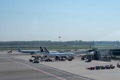 Милан: самолет в авиапорте Malpensa стоковые фото