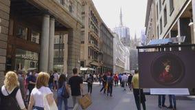 Милан, улица Италии Corso Vittorio Emanuele II с толпой сток-видео