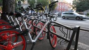 Милан, Cairoli Castello, 5-ое сентября 2017 - автостоянка Mobike, китайский делить велосипеда велосипеда съемка слайдера сток-видео