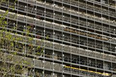 Милан r 21-ое марта 2019 Строительная площадка для конструкции современного здания стоковые фотографии rf